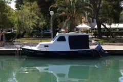 Barco en el canal de la ciudad de Zadar imagenes de archivo