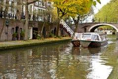 Barco en el canal holandés tradicional Imagenes de archivo