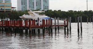Barco en el embarcadero de madera metrajes