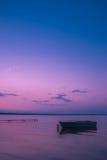 Barco en el embarcadero y una mañana del verano en el lago Fotografía de archivo libre de regalías