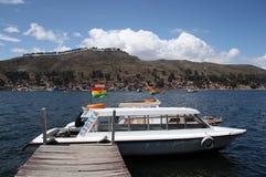 Barco en el estrecho del puerto de Tiquina en el lago Titicaca, Bolivia Fotografía de archivo libre de regalías