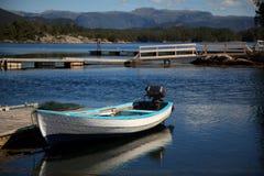 Barco en el fiordo, Noruega Imágenes de archivo libres de regalías
