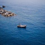 Barco en el fondo del mar ligur fotografía de archivo