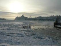 Barco en el invierno Helsinki. Imagen de archivo libre de regalías