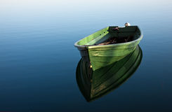 Barco en el lago fotografía de archivo