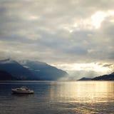 Barco en el lago Como en la puesta del sol Lados positivos Fotos de archivo libres de regalías
