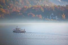Barco en el lago con la niebla - Hallstatt, Austria Imágenes de archivo libres de regalías