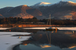 Barco en el lago de la montaña Fotografía de archivo