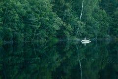 Barco en el lago del bosque Imagenes de archivo