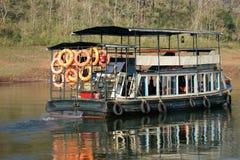 Barco en el lago del bosque, parque nacional de Periyar, Kerala Fotos de archivo