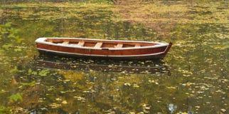 Barco en el lago del parque del otoño foto de archivo