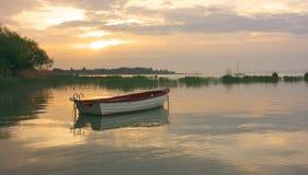 Barco en el lago en la mañana foto de archivo