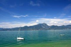 Barco en el lago Garda Foto de archivo