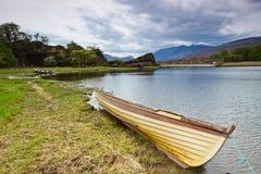 Barco en el lago Killarney Imagenes de archivo