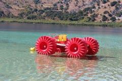 Barco en el lago Kournas Imagen de archivo libre de regalías