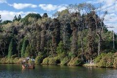 Barco en el lago oscuro Gramado el Brasil imagen de archivo libre de regalías