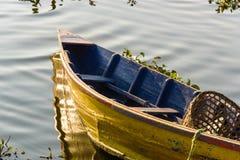Barco en el lago Phewa en Pokhara fotografía de archivo