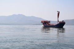 Barco en el lago Pichola en Udaipur, Rajasthán, la India Imagen de archivo libre de regalías