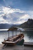 Barco en el lago sangrado en Eslovenia Imagen de archivo libre de regalías