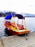 Barco en el lago sangrado Eslovenia Imagen de archivo libre de regalías