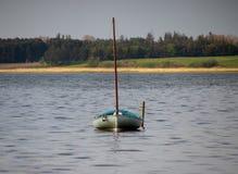 Barco en el lago tranquilo Foto de archivo