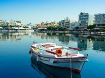 Barco en el lago Voulismeni en Agios Nikolaos (Creta) Imagen de archivo
