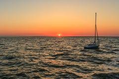 Barco en el mar fotografía de archivo