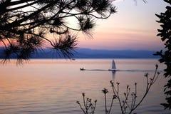 Barco en el mar adriático en el amanecer Fotografía de archivo libre de regalías