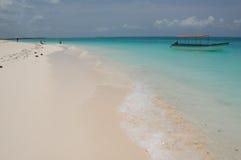 Barco en el mar azul Imagen de archivo libre de regalías