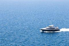 Barco en el mar azul Foto de archivo libre de regalías