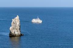 Barco en el mar azul abierto El centro turístico del Mar Negro de Yalta Foto de archivo libre de regalías