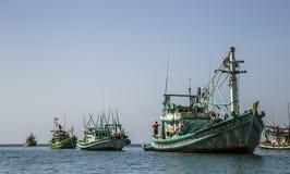 Barco en el mar cerca de nam du island imagen de archivo