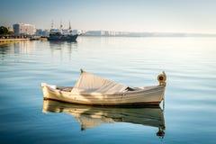 Barco en el mar cerca de Salónica, Grecia Imagenes de archivo