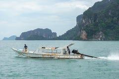 Barco en el mar con el fondo de la montaña Imágenes de archivo libres de regalías