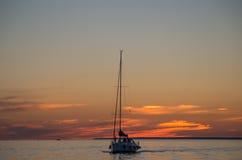 Barco en el mar cuando puesta del sol Fotos de archivo libres de regalías