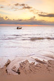 Barco en el mar de Andaman en la puesta del sol Foto de archivo libre de regalías