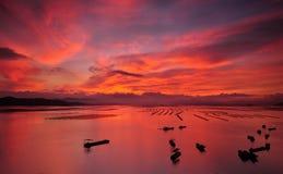 Barco en el mar de la salida del sol Fotografía de archivo