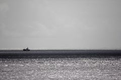 Barco en el mar de plata imagen de archivo