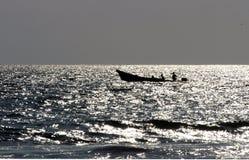 Barco en el mar durante la puesta del sol, Puerto Escondido Fotos de archivo libres de regalías