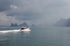 Barco en el mar en clima tempestuoso Foto de archivo