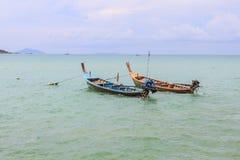 Barco en el mar en la playa, Phuket Tailandia Fotografía de archivo libre de regalías