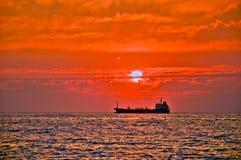 Barco en el mar en la puesta del sol Imagen de archivo