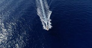 Barco en el mar en la visión aérea Fotografía de archivo libre de regalías