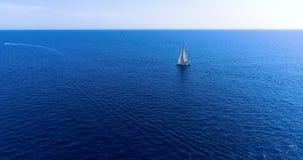 Barco en el mar en la visión aérea Foto de archivo