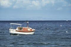 Barco en el mar Mediterráneo Imagen de archivo libre de regalías