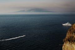Barco en el mar, monta?a en el fondo del mar Sorrento, visión sobre bahía napolitana imagenes de archivo