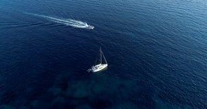 Barco en el mar que sale de una estela Fotografía de archivo