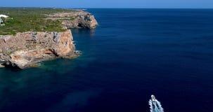 Barco en el mar que sale de una estela Imágenes de archivo libres de regalías
