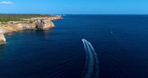 Barco en el mar que sale de una estela Imagen de archivo libre de regalías
