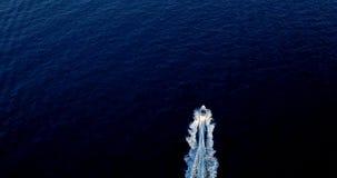 Barco en el mar que sale de una estela Fotos de archivo